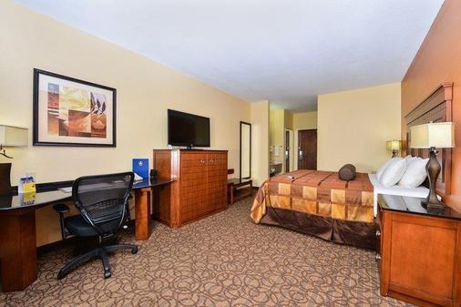 Best Western Plus Midwest Inn & Suites - Salina - Bedroom