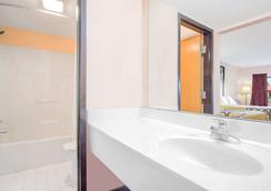 Super 8 by Wyndham Columbia - Columbia - Bathroom