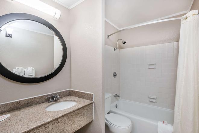 Travelodge by Wyndham Aberdeen - Aberdeen - Bathroom