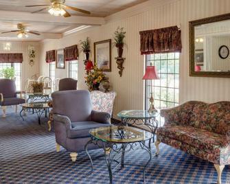 Econo Lodge Inn & Suites - Philadelphia - Living room