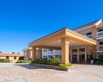 Best Western Plus Monterey Inn - Monterey - Building