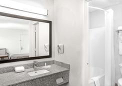 Super 8 by Wyndham Lafayette - Lafayette - Bathroom