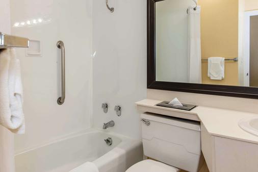 Quality Inn Conference Center - Logansport - Bathroom