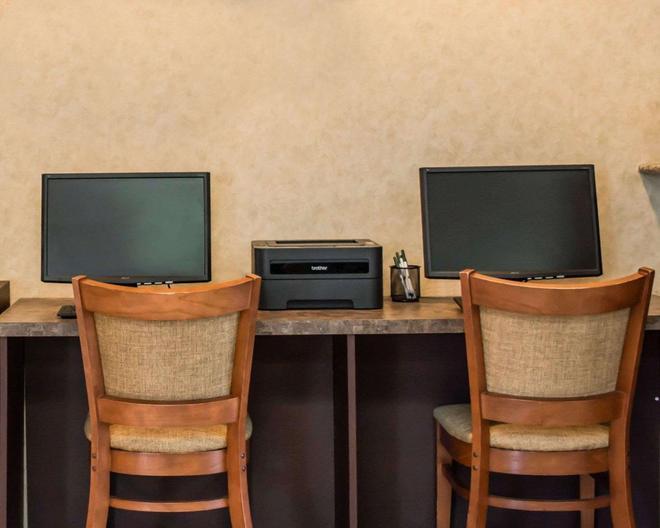 Quality Inn & Suites Near Fairgrounds Ybor City - Tampa - Business center