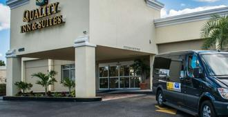 Quality Inn & Suites Near Fairgrounds Ybor City - Tampa - Building