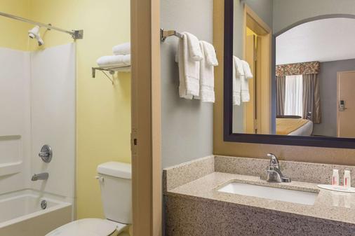 Baymont by Wyndham Mobile/Tillmans Corner - Mobile - Bathroom