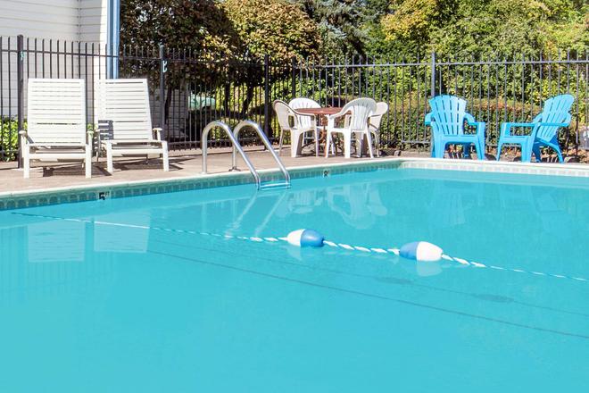 Days Inn by Wyndham Corvallis - Corvallis - Pool