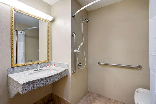 Super 8 by Wyndham Lexington Winchester Rd - Lexington - Bathroom