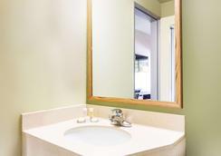 Howard Johnson by Wyndham Athens - Athens - Bathroom
