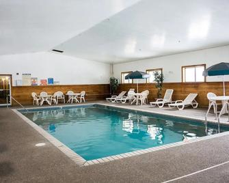 Norwood Inn and Suites - Roseville - Roseville - Pool