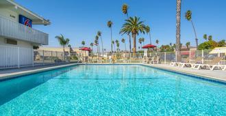 Motel 6 Ventura Beach - נטורה - בריכה