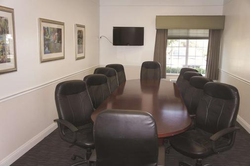La Quinta Inn & Suites by Wyndham Visalia/Sequoia Gateway - Visalia - Meeting room