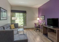 La Quinta Inn & Suites by Wyndham Visalia/Sequoia Gateway - Visalia - Living room