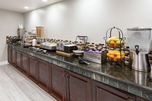La Quinta Inn & Suites by Wyndham Visalia/Sequoia Gateway - Visalia - Buffet