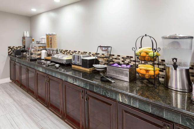 La Quinta Inn & Suites by Wyndham Visalia/Sequoia Gateway - Visalia - Buffet