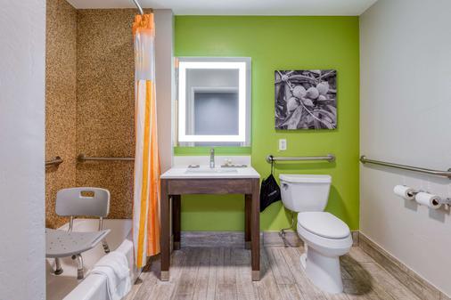 La Quinta Inn & Suites by Wyndham Visalia/Sequoia Gateway - Visalia - Bathroom
