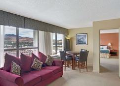 Ramada by Wyndham Reno Hotel & Casino - Reno - Living room