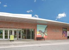 Super 8 by Wyndham Gainesville - Gainesville - Building