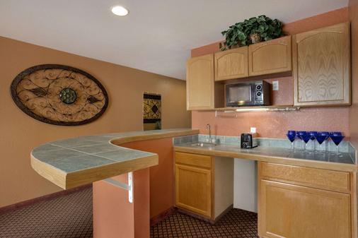 Days Inn & Suites by Wyndham Surprise - Surprise - Kitchen