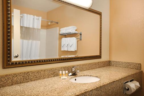 Days Inn & Suites by Wyndham Surprise - Surprise - Bathroom