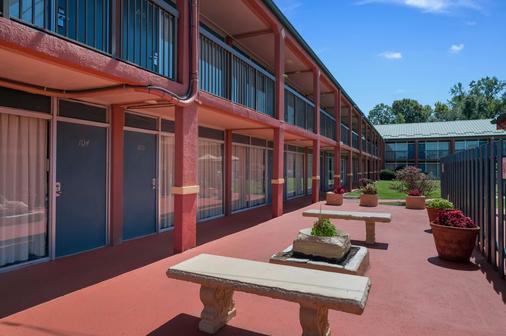 Americas Best Value Inn St. Joseph at I-29 - St Joseph - Rakennus