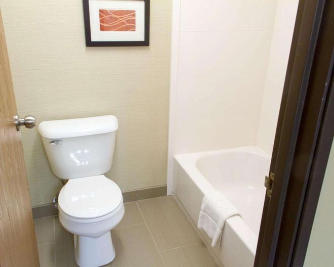 Comfort Inn - Hastings - Bathroom