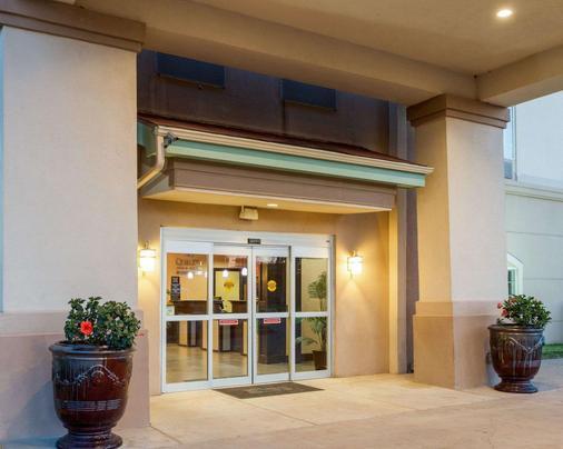 Quality Inn & Suites - Groesbeck - Building