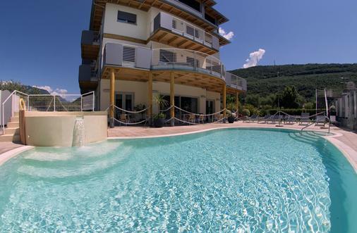 普里瑪維拉環保酒店 - 里瓦德加爾達 - 加爾達湖濱 - 游泳池
