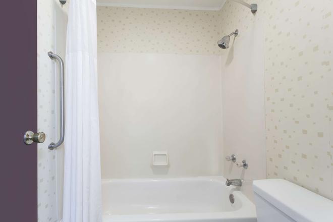 Travelodge by Wyndham Seymour - Seymour - Bathroom