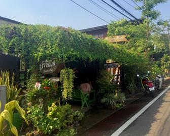 Baan Mai Guesthouse - Mae Hong Son - Outdoors view