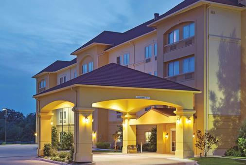 La Quinta Inn & Suites by Wyndham Fort Worth NE Mall - Fort Worth - Building