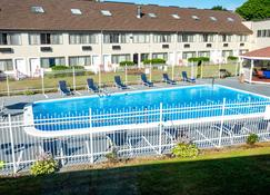 Admiralty Inn & Suites - Falmouth