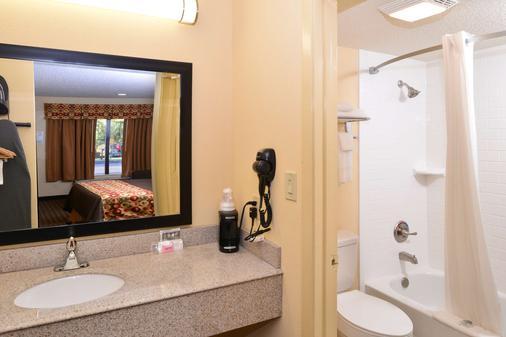 Americas Best Value Inn Tupelo Barnes Crossing - Tupelo - Bathroom