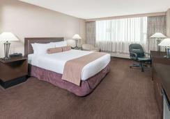 Ramada Plaza by Wyndham Calgary Downtown - Calgary - Bedroom