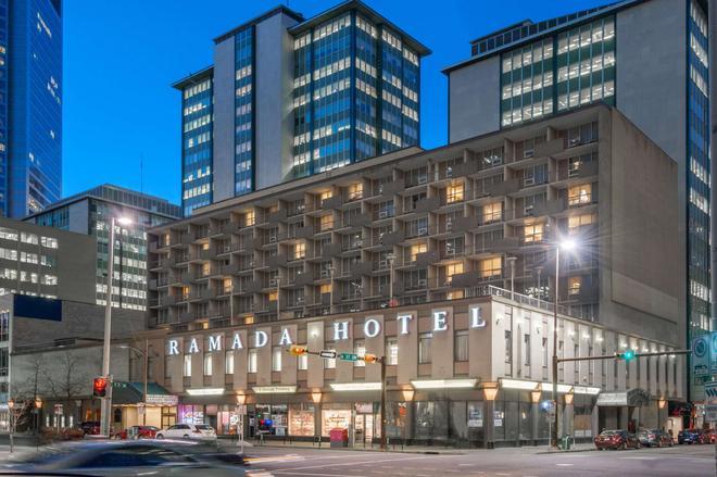 Ramada Plaza by Wyndham Calgary Downtown - Calgary - Building