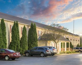 Super 8 by Wyndham Maumee Perrysburg Toledo Area - Maumee - Building