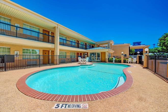 德克薩斯州理查森速 8 酒店 - 里查遜 - 理查森 - 游泳池