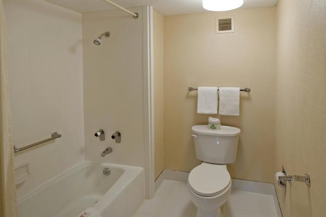 Americas Best Value Inn Forest - Forest - Bathroom