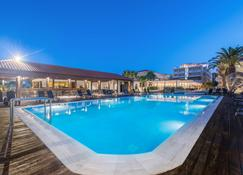 Galaxy Beach Resort, BW Premier Collection - ลากานาส - สระว่ายน้ำ