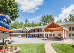 Howard Johnson by Wyndham Traverse City - Traverse City - Edificio