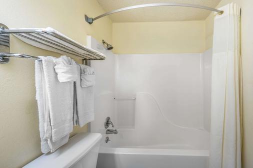 Super 8 by Wyndham Denton - Denton - Bathroom