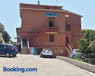 Guest House Tra Rocce E Mare - La Maddalena - Building
