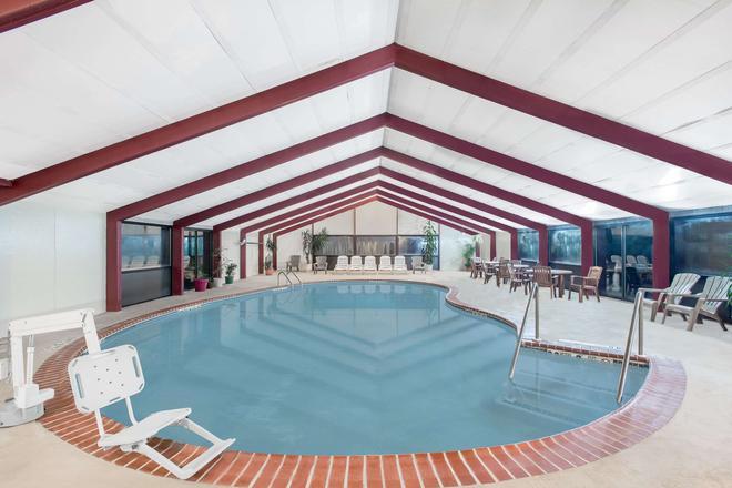 Howard Johnson by Wyndham Saugerties - Saugerties - Pool