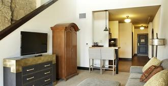 The Brewhouse Inn & Suites - Milwaukee - Living room
