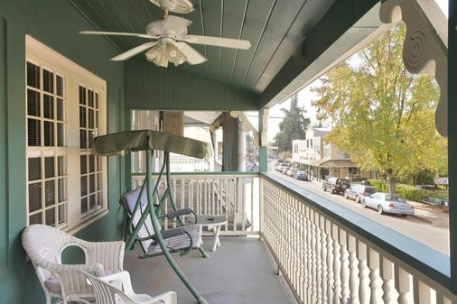 Americas Best Value Inn & Suites Royal Carriage - Jamestown - Balcony