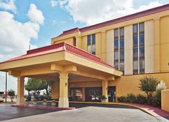 La Quinta Inn & Suites by Wyndham Memphis Airport Graceland - Memphis - Building