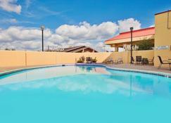 La Quinta Inn & Suites by Wyndham Memphis Airport Graceland - Memphis - Piscina