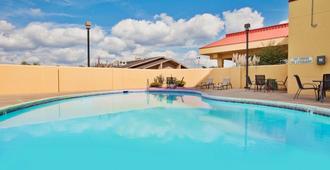 La Quinta Inn & Suites by Wyndham Memphis Airport Graceland - ממפיס - בריכה