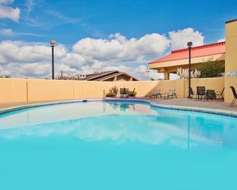La Quinta Inn & Suites by Wyndham Memphis Airport Graceland - Memphis - Pool
