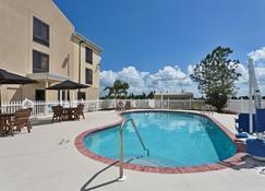 Holiday Inn Express Hotel & Suites Sebring, An IHG Hotel - Sebring - Piscina